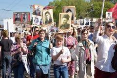 不朽的军团-有他们的亲戚画象的人们,参加者在第二次世界大战,在胜利天游行 免版税库存图片