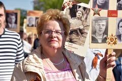 不朽的军团-有他们的亲戚画象的人们,参加者在第二次世界大战,在胜利天游行 免版税库存照片