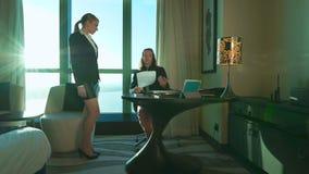 不满意的恼怒的上司责骂呼喊尖叫在雇员 性感的女性秘书给院长带来或上司的文件 影视素材