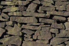 不用灰泥只用石块构造的gritstone墙壁 免版税库存照片
