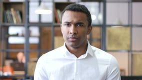 不由黑人在办公室,摇头拒绝 股票视频