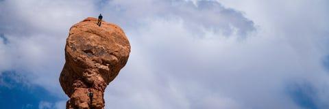 不祥之物的两个攀岩运动员在犹他 库存图片