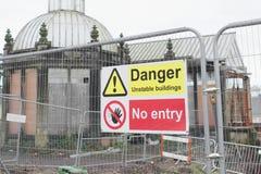 不稳定的大厦把标志危险大厦关在外面 免版税库存图片