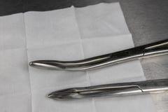 不育的拖把、钳子和一个医疗注射器在医院桌上 在doctor& x27的辅助部件;s办公室 免版税图库摄影