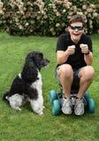 不能分离的朋友、男孩和他的狗 免版税库存图片