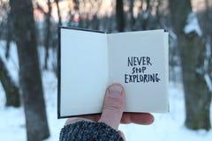 不要停止探索 激动人心和诱导行情 书和文本 图库摄影