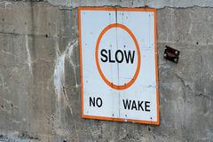 不要减慢-在水坝的苏醒标志 库存照片