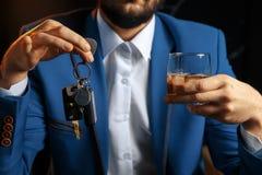 不要喝并且不要驾驶醉酒的人谈的汽车的播种的图象 库存图片