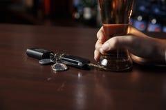 不要喝并且不要驾驶!醉酒的人谈的汽车的播种的图象 免版税库存照片