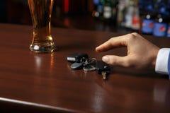 不要喝并且不要驾驶!醉酒的人谈的汽车的播种的图象 免版税图库摄影