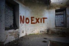 不要在一个被放弃的被破坏的房子里发短信给在肮脏的老墙壁上的出口 库存图片