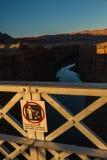 不要在亚利桑那美国投掷岩石签字在那瓦伙族人桥梁 免版税库存图片