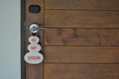 不要干扰在室门把手的标志  免版税库存图片