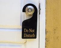 不要干扰在门把手的标志吊 免版税库存图片