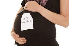 不要打开怀孕的腹部关闭 免版税库存照片
