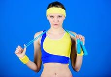 不要放弃并且继续移动 健康饮食 成功 强的肌肉和力量 在健身房的运动的妇女训练 愉快的妇女 免版税图库摄影