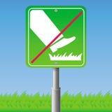 不要跨步在草-标志 库存图片