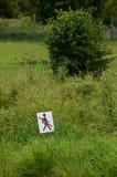 不要跨步在草 库存图片