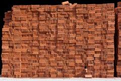 不规则地被堆积的修造的红砖总块  库存图片