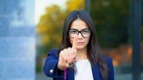 不许可没有手标志的女商人做否定手指姿态 否认,拒绝,不同意,画象  股票录像