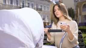不负责任女性聊天在忽略婴儿推车的智能手机哭泣的婴孩 影视素材