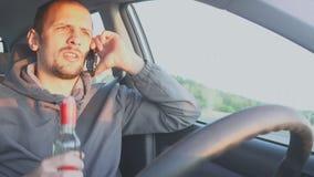 不负责任的人驾驶汽车和发表演讲关于手机和饮料伏特加酒从瓶 影视素材
