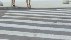 不负责任的司机跑行人交叉路的,交通违规女孩 股票视频
