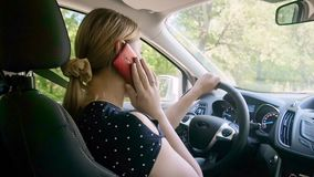 不负责任的女性司机慢动作录影谈话由电话,当驾驶汽车时 为您的安全使用没有雇工 影视素材
