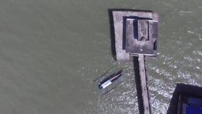 不足被修造的宗教寺庙,在湖中间被修筑的长的间距桥梁 股票录像