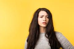 不轻信年轻女人皱眉的怀疑的疑义 免版税库存照片