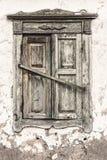 不适于居住的房子 闭合的老快门视窗 免版税库存图片