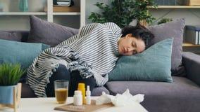 不适年轻女人睡觉放松在说谎在公寓的长沙发的疾病期间 影视素材