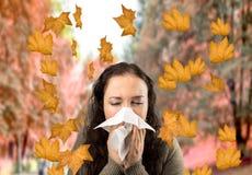 不适的妇女在秋天 免版税库存图片