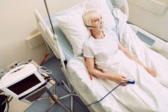 不适的妇女用心率医疗设备和呼吸支持 免版税库存图片