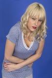 年轻不适的妇女以胃痉挛肚子疼痛IBS 免版税图库摄影