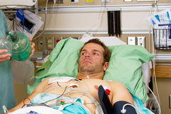 不适的患者在急诊室 免版税库存照片