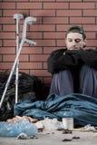 不适的无家可归的年轻人 免版税库存照片