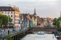 不适的河的堤防在史特拉斯堡,阿尔萨斯,法国 免版税库存照片