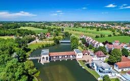 不适的河的老水电站在埃绍-下莱茵省,法国 库存照片