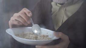 不适的食人的燕麦粥和看雨窗口,健康早餐外 股票视频
