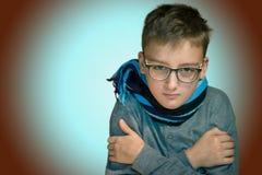 10年不适他的男孩坐寒冷, 免版税图库摄影