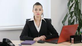 不通过摇头,由年轻可爱的女孩的姿态在办公室 Loopable 股票录像