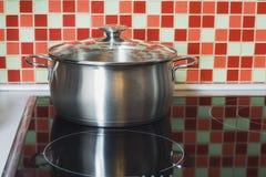 不锈烹饪器材的罐 免版税库存照片