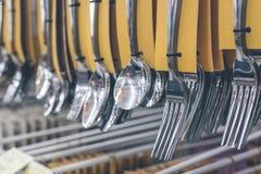 不锈的匙子和垂悬在商店的叉子集合 商城,巴厘岛,印度尼西亚 库存照片