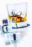 不锈钢伪造品与威士忌酒玻璃的冰块 库存图片