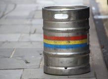 不锈钢在街道上的啤酒小桶 库存图片