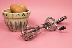 不锈钢手工手摇把搅蛋器、鸡蛋和measuri 库存照片
