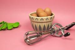不锈钢手工手摇把搅蛋器、鸡蛋和measuri 免版税库存照片