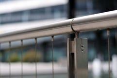 不锈钢细长立柱的扶手栏杆  库存照片