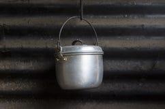 不锈钢罐吊在老厨房里有锌背景 库存图片